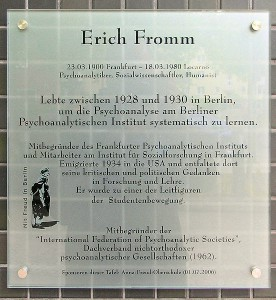 552px-Gedenktafel_Bayerischer_Platz_1_(Schönb)_Erich_Fromm